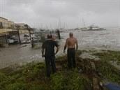 Tropická bouře Claudette ohrožuje americké pobřeží. Panuje nebezpečí bleskových záplav i tornád