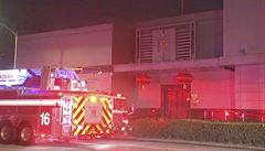 USA uzavřely čínský konzulát v Houstonu. Lidé pak na dvoře u budovy pálili dokumenty