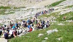 Vysoké Tatry praskají ve švech. Video ukazuje dlouhou frontu turistů při výstupu na Rysy