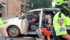 Policisté v New Yorku naložili jednu z demonstrujících do neoznačeného vozu, lidé je viní z unášení
