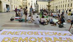 Klimatičtí aktivisté protestují na Pražském hradě, zůstat chtějí i v noci. Správa část areálu uzavřela
