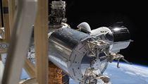 Crew Dragon společnosti SpaceX na Mezinárodní vesmírné stanici.