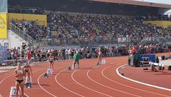 Plný 'barák' na atletice v Plzni. Asi na ně covid neleze, tak pravidla neplatí, diví se fotbaloví fanoušci