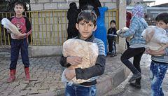 'Máme zemřít hlady, nebo na covid, není to jedno?' Lidé ve válčící Sýrii prodávají nábytek, aby přežili