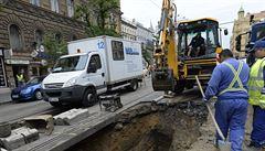 Prasklé potrubí omezí provoz tramvají v centru Prahy do sobotního rána. Rozšíří se provoz autobusové linky
