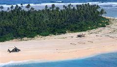Tři američtí mariňáci ztroskotali na pustém ostrově. Do písku napsali SOS, které je nakonec zachránilo