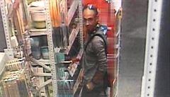 Karlovarští policisté pátrají po ozbrojeném muži, který kradl v Chebu. Jde možná o hledaného Němce