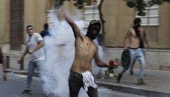 Protesty v Bejrútu pokračují, demonstranti hází kameny na příslušníky bezpečnostních složek