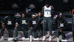 Objevil se rebel. Při hymně jeden z basketbalistů NBA nepoklekl