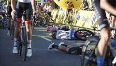 VIDEO: Cyklista po hrůzostrašném pádu bojuje o život. Sok ho ve spurtu poslal v plné rychlosti do zábradlí