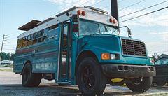 NOMÁDI: Slovák si postavil ze školního autobusu domov. Stačilo mu půl milionu korun