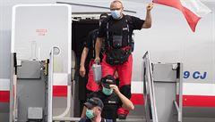 Se zpožděním, ale přece. Návrat hasičů po týdnu v Bejrútu se protáhl kvůli nakládce, v Praze nyní podstupují karanténu