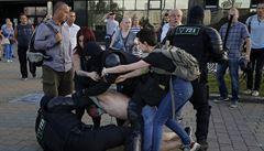 Zásahy proti pokračujícím protestům v Minsku se stupňují. Běloruská policie postřelila ostrou municí jednoho člověka