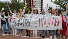 V Bělorusku pokračovaly čtvrtou noc protesty, demonstranty podpořili lékaři