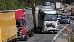 Řidiči kamionů nemají kde spát, parkují proto všude možně. Vznikají tak nebezpečné situace