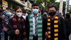 'Pryč se smrtijedy.' V Thajsku demonstrují proti vojenskému režimu v kouzelnických hábitech