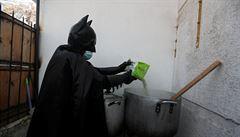 V Chile nosí bezdomovcům jídlo neznámý muž v kostýmu Batmana. Denně doručí desítky pokrmů