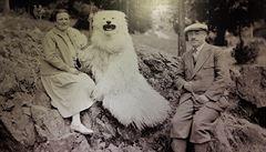 Fotografická výstava v Lodži nabízí vzpomínání i muže převlečeného za ledního medvěda