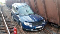 Ve Mstěticích u Prahy vykolejily vagony, zničily auto a drážní domek. Na Hodonínsku se srazil vlak s autem