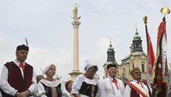 Modlitby i nápisy jako 'Praha není Vatikán'. Duka požehnal mariánský sloup na Staroměstském náměstí