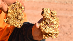 'Panenská půda, nikdo zde netěžil.' Šťastlivci našli v Austrálii dva zlaté nugety za pět milionů