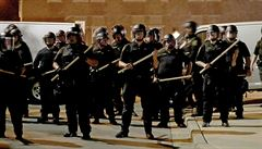 Vak na hlavě, utlumení ketaminem i uvěznění davu. Metody amerických policistů jsou pod palbou kritiky