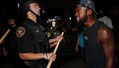 Policisté ve Wisconsinu palbou do zad zranili černocha. Jeho stav je vážný, lidé vyrazili do ulic