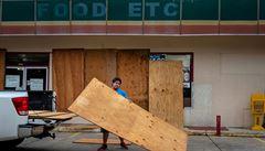 Nebezpečný hurikán Laura zasáhl jih Lousiany, tento stát a Texas už bičují vichr a déšť