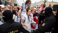 Běloruské protesty pokračují, přes 10 tisíc lidí se účastnilo Pochodu žen