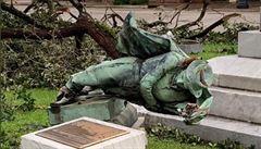 Hurikán Laura vyřešil otázku, jestli svrhnout kontroverzní pomník jižanských vojáků v Louisianě
