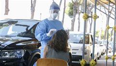 PŘEHLEDNĚ: Pandemie přitvrzuje všude. Jak si vedou ostatní státy v boji s koronavirem