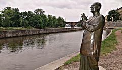 Z Kampy zmizí socha kontroverzního vůdce Šrí Činmoje. Nadace Mládkových nevěděla, o koho jde
