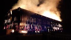 Blesk v Lázních Toušeni zapálil velkou stodolu. Požár likvidovalo 20 hasičských jednotek