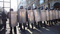 V Minsku opět protestovaly desítky tisíc lidí. Lukašenko se venku mihl se samopalem