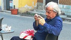 'Jen zloději a teroristé si nasazují masky.' Starosta italského městečka zakázal lidem nosit roušky