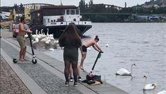 VIDEO: Mladíci s elektrickými koloběžkami Lime sjížděli v Praze do Vltavy. Společnost podá trestní oznámení