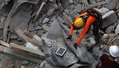 Záchranáři v Bejrútu objevili v troskách měsíc od výbuchu známky života. S holýma rukama se pustili do práce