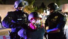 Demonstranti v Portlandu házeli zápalné lahve na policisty, protesty proti rasismu trvají už 100 dní