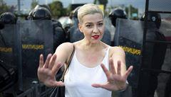 Bělorusko zřejmě násilně vyvezlo členy opozice za hranice. Kalesnikavová si ale údajně zničila pas
