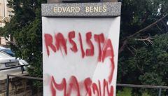 'Rasista, masový vrah'. Neznámý vandal popsal sochu Edvarda Beneše u ministerstva zahraničí