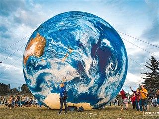 Veřejnost pak bude mít možnost obří zeměkouli spatřit na vlastní oči v sobotu...