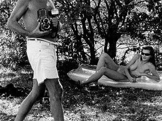 Se Sylvií. Helmut Newton v roce 1981 ve francouzském Ramatuelle na Azurovém...