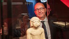 Egyptolog Miroslav Bárta ukazuje předměty, jichž si na výstavě Sluneční králové cení