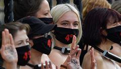K plotu britského parlamentu se připoutaly polonahé aktivistky, vyzývaly poslance k boji za klima
