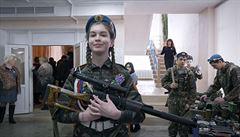 Máša miluje Putina, nepřítelem je Západ. V Provinčním městu E vyhrabávají z hlíny kostry vojáků