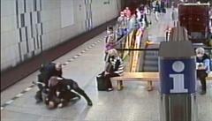 VIDEO: Muž si v metru na Florenci odmítl nasadit roušku. Strážníci ho odvedli v poutech