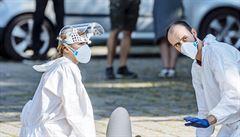 České zdravotnictví se těžko vypořádává s covidem. Jeden lékař zemřel, nakažených je přes 250