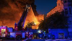 Hasiči bojovali s rozsáhlým požárem opuštěného domu v Plzni, vyhlásili nejvyšší stupeň poplachu