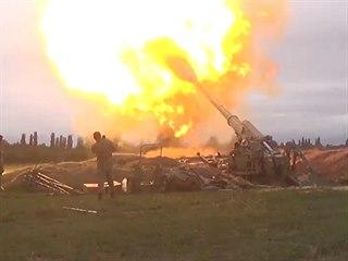 Snímek ukazuje členy ázerbájdžánských ozbrojených sil střílejících...