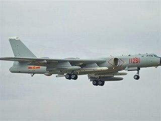 Čínský bombardér H-6K, který je schopný nést i jadernou bombu,